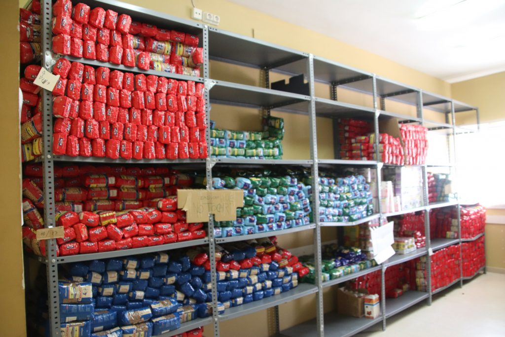 Detall de paquets d'aliments caducats del FEAD