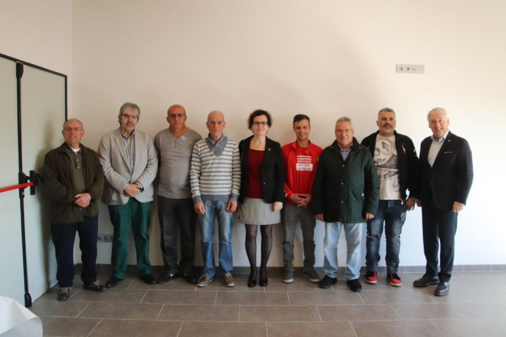 La Junta de lAssociació de veïns de la Miralba amb el Josep Poblet, president de la Diputació de Tarragona; Joaquim Nin, vicepresident de la Diputació de Tarragona; i lalcaldessa de la Bisbal del Penedès, Agnès Ferré.