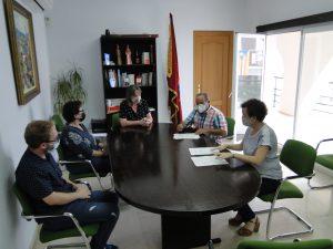 Un moment de la signatura del conveni amb l'entitat. Signa el president, Josep Pasqual, acompanyat d'altres membres de la junta de l'entitat.