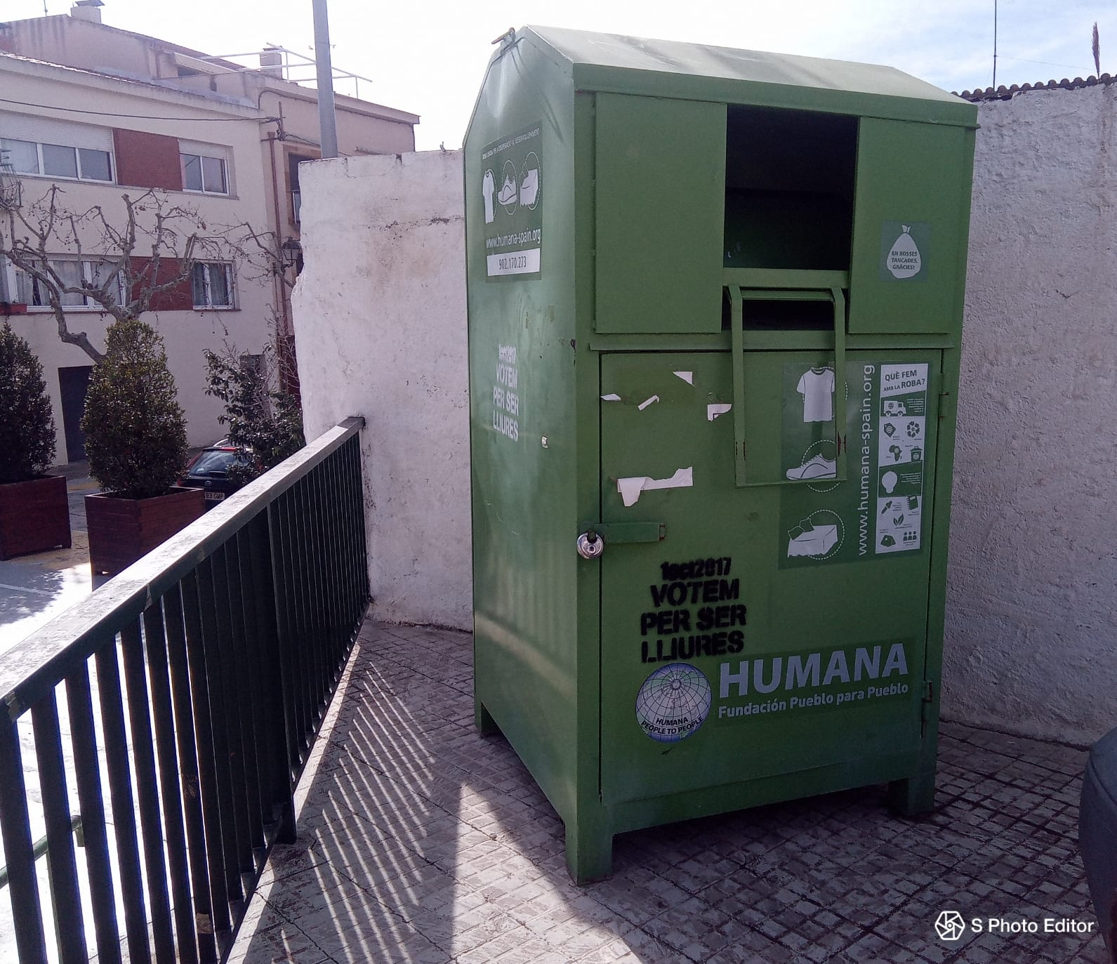Canvi d'ubicació d'un dels contenidors de roba d'Humana