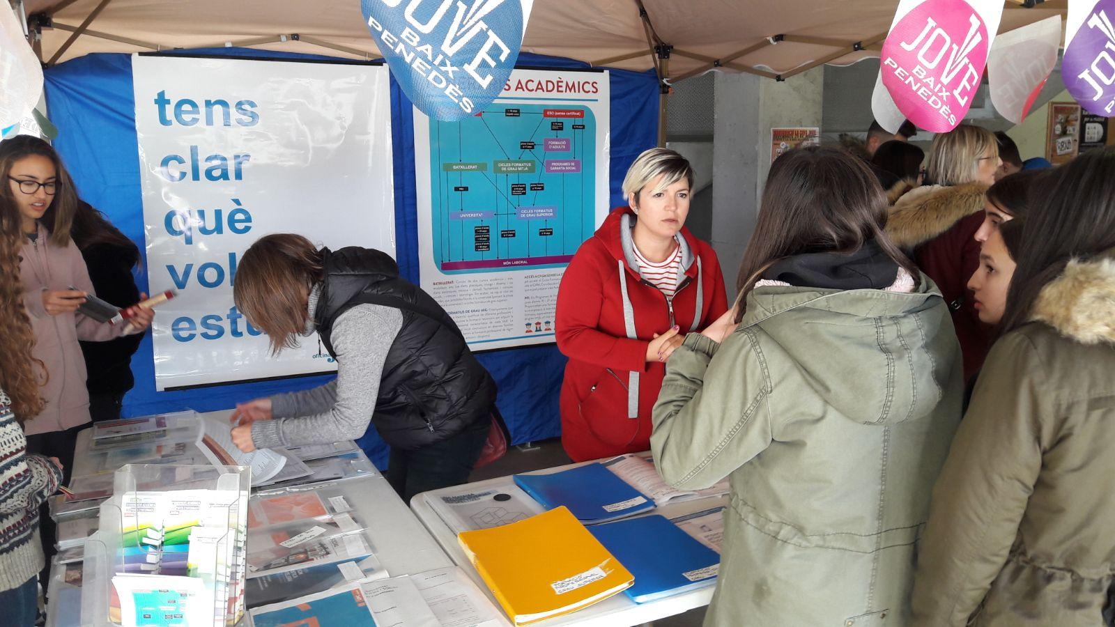 Aquest dimecres s'ha muntat una carpa informativa de Jove Baix Penedès a l'Institut Coster de la Torre