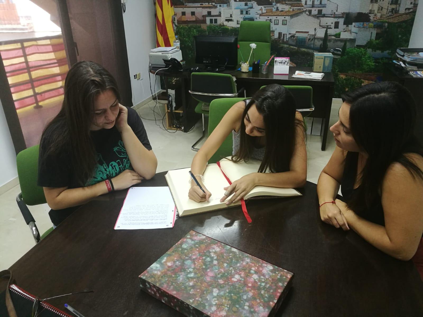 Els Esventats han signat el Llibre d'Honor de l'Ajuntament de la Bisbal del Penedès