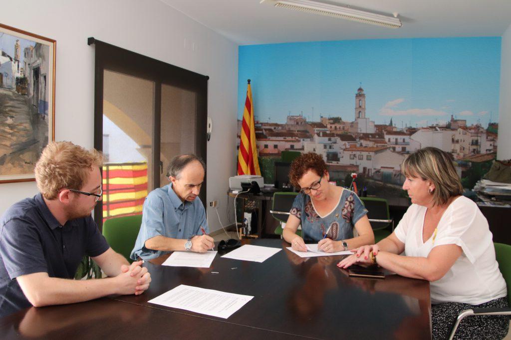D'esquerra a dreta: Jordi Ferran, arxiver municipal; Josep Antoni Bundó, fill de la senyora Felicidad i persona que ha signat el conveni; Agnès Ferré, alcaldessa de la Bisbal; Judith Vidal, regidora de Cultura