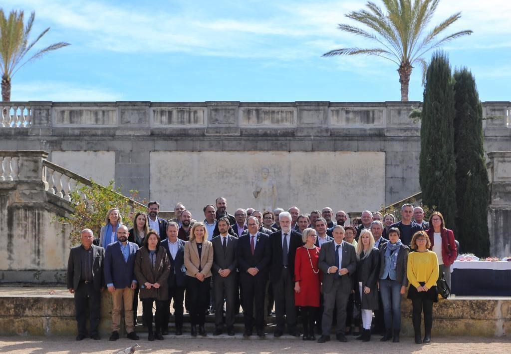 Los alcaldes y las alcaldesas de la Vegueria del Penedès con los y las presidentas de los Consells Comarcals y el M.H. Sr. Presidente de la Generalitat de Catalunya, Joaquim Torra.