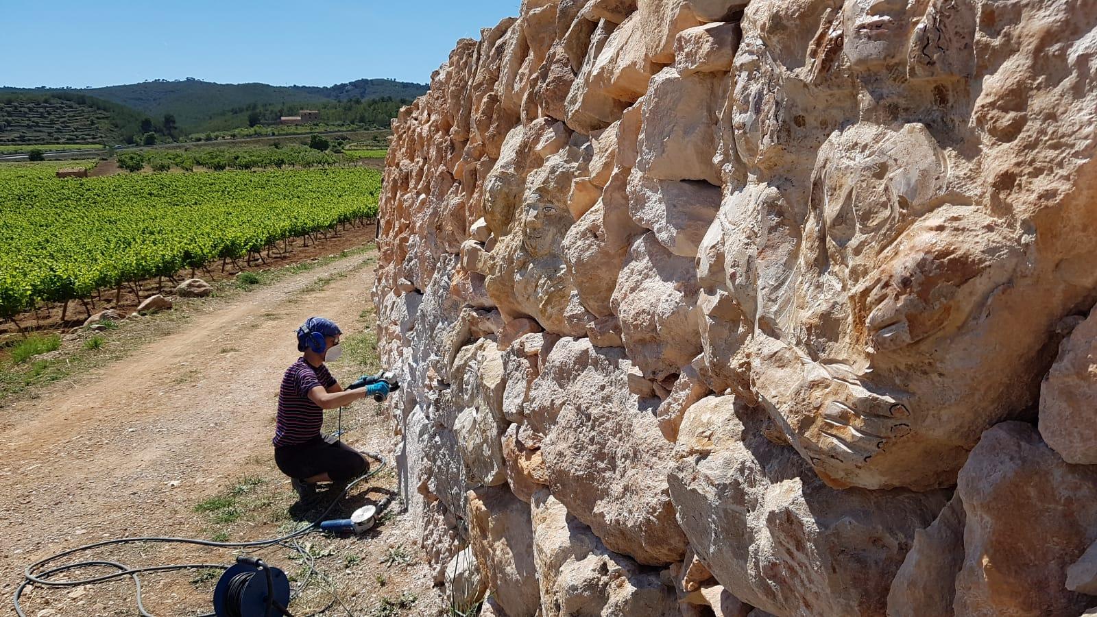Un dels marges d'accés a Mas Llagostera mostra l'obra de l'escultora Marta Pruna