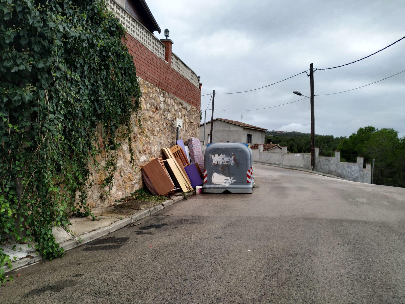 La Regidoria de Gestió de Residus lamenta que algunes persones segueixin fent un mal ús dels contenidors