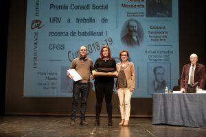 Toni Carrasco (tutor del treball), Maria Sancha (alumna) i Agnès Ferré (alcaldessa de la Bisbal del Penedès)