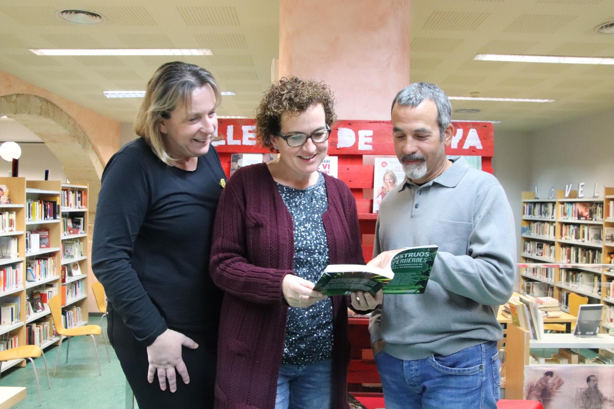 """El bisbalenc Ferran Solé ha fet entrega del llibre """"Monstruos y superhéroes. Relatos terremotos de las islas afortunadas"""" a la Biblioteca"""
