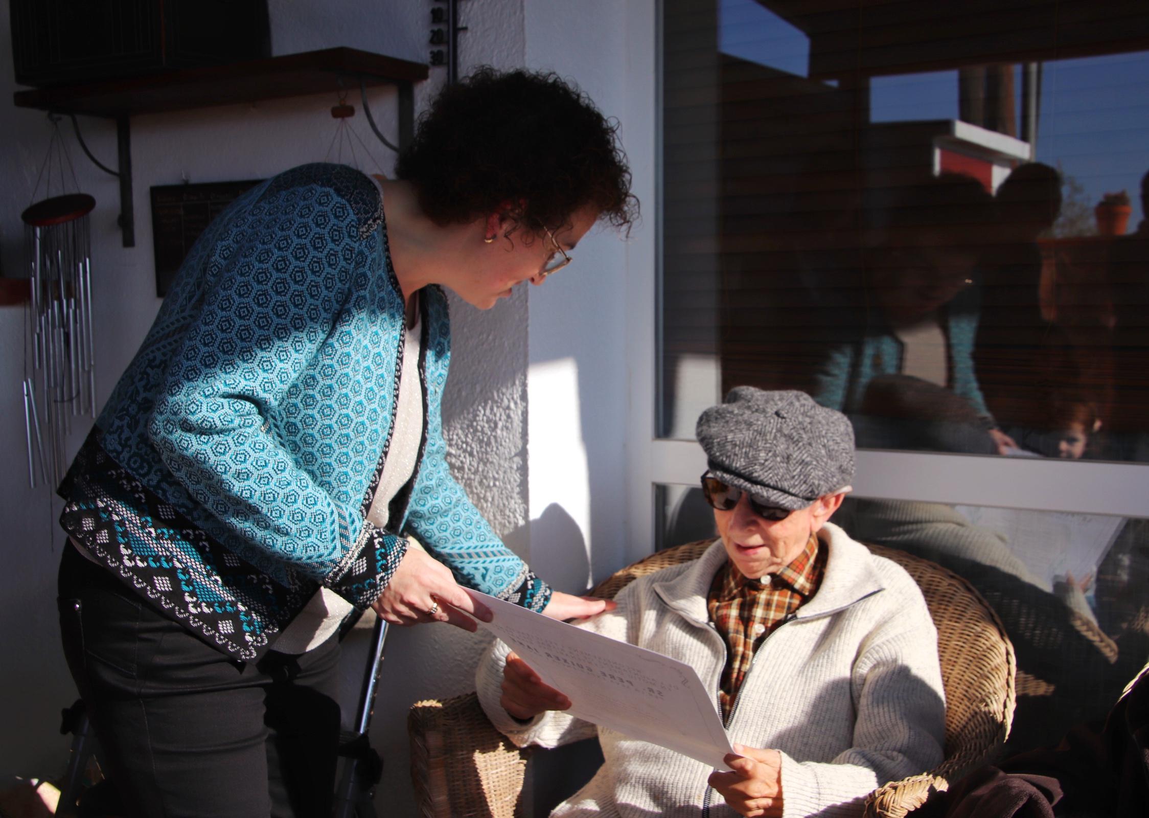 L'alcaldessa Agnès Ferré felicita personalment el bisbalenc Pere Guixer el dia del seu 100è aniversari