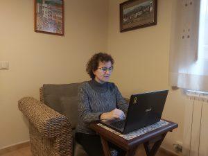 Agnes ferre treballant des de casa
