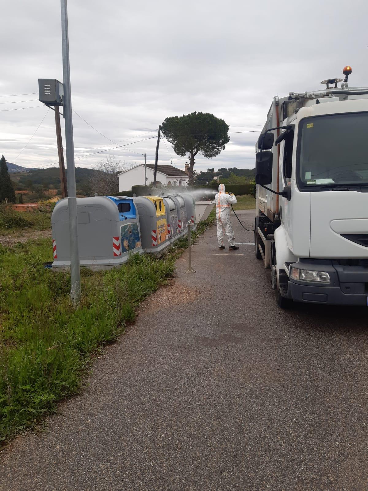 Continuen els treballs de desinfecció de les zones del municipi amb més afluència de persones i de les illes de contenidors