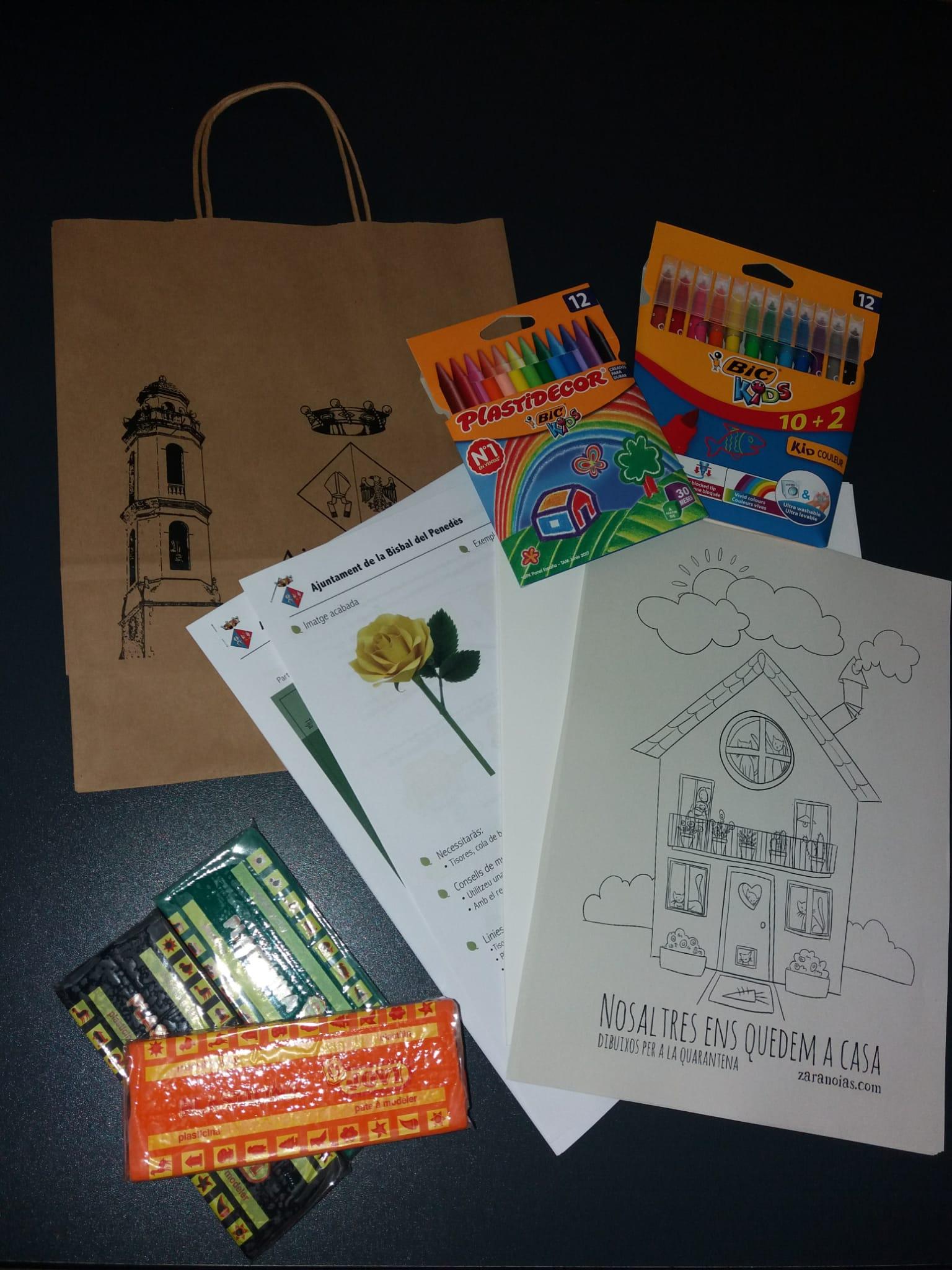 Aquest dimarts s'han començat a repartir els paquets de material escolar per als infants del municipi