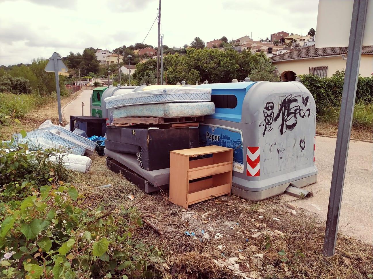 La recollida de residus de fora dels contenidors la paguem entre tots
