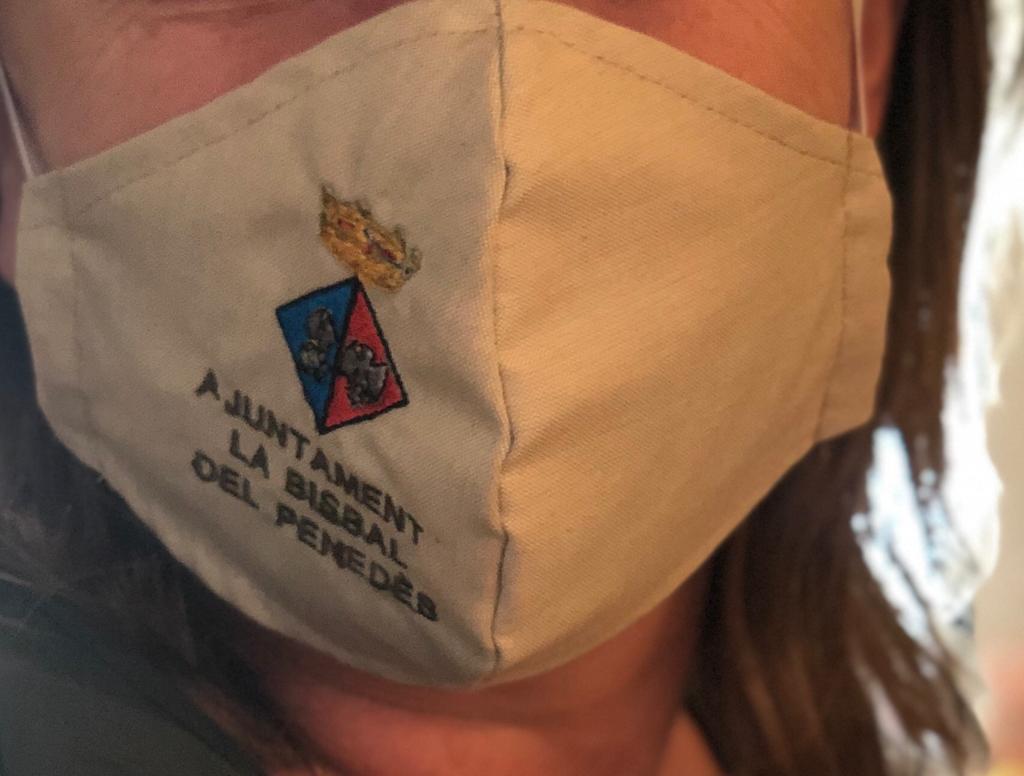 L'Ajuntament de la Bisbal del Penedès ha entregat mascaretes institucionals als treballadors municipals i a tots els membres del consistori