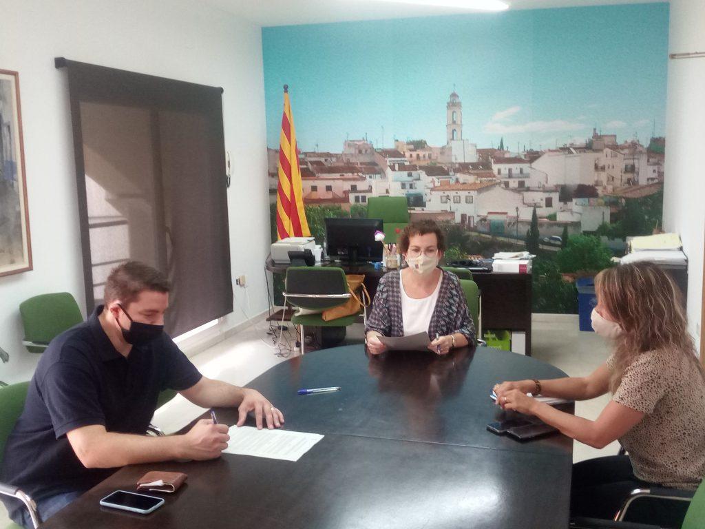 El president de l'entitat, Luís Federico Hernández, signa el contracte a l'Ajuntament de la Bisbal del Penedès. A la Fotografia apareix el president de la Joventut Bisbalenca CF, l'alcaldessa de la Bisbal del Penedès -Agnès Ferré- i la Regidora d'Esports, Leo Uceda.