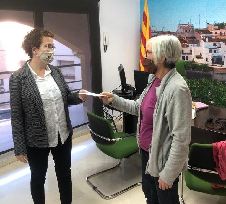 La bisbalenca Maria Àngela Saumoy ha donat 130€ -obtinguts de la seva exposició/mercat benèfic- al Rebost Solidari