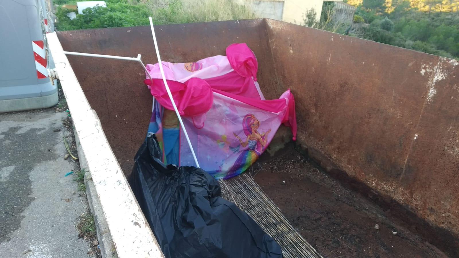 Els contenidors per a les restes de poda són només per a la poda. Fem-ho bé: portem cada residu al seu lloc.