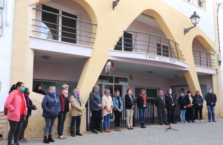 Avui a les 17h ha tingut lloc una concentració al davant de l'Ajuntament per condemnar i rebutjar el feminicidi que ha tingut lloc aquest dilluns al municipi