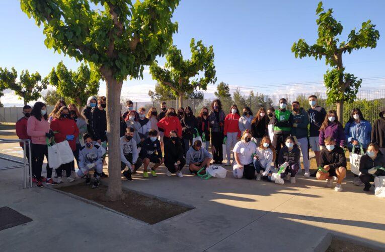 Els alumnes de 4t d'ESO de l'institut netegen l'entorn en el marc de l'European Clean Up Day