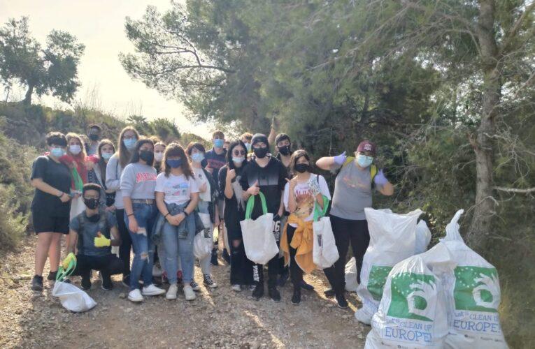 Els alumnes de 4t d'ESO de l'Institut Coster de la Torre netegen l'entorn de residus en el marc de l'European Clean up day i com a activitat del servei comunitari coorganitzada amb l'Ajuntament