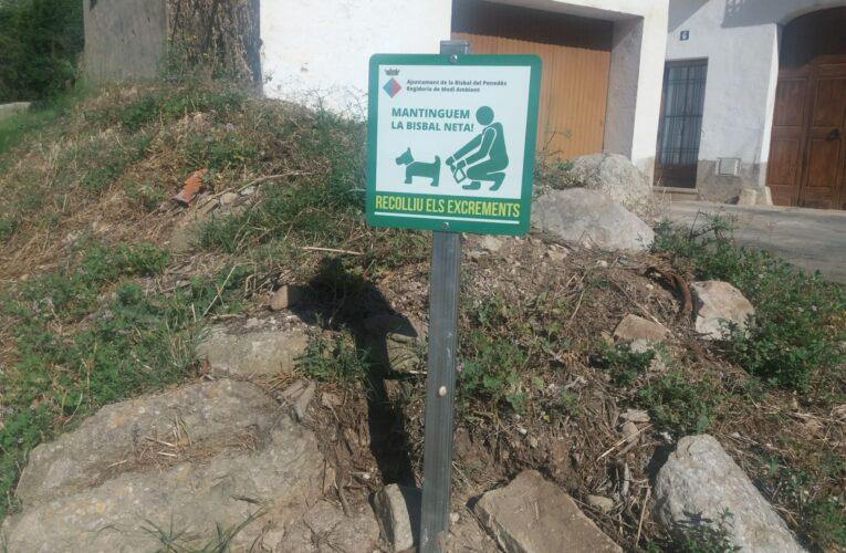S'instal·len cartells en diversos punts del municipi per conscienciar els propietaris de gossos que han de recollir els seus excrements de la via pública