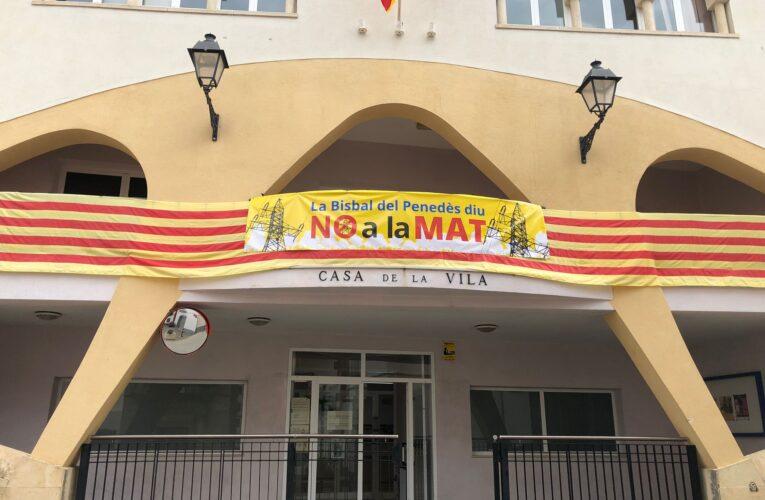 L'Ajuntament de La Bisbal del Penedès s'oposa a la MAT i ha instal·lat una pancarta a la façana de La Casa de la Vila per mostrar la seva disconformitat amb el projecte
